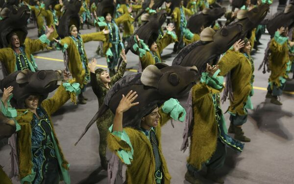 Dancers from the Imperio de Casa Verde samba school perform during a carnival parade in Sao Paulo, Brazil, Sunday, Feb. 11, 2018 - Sputnik Азербайджан