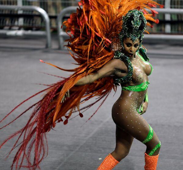 A reveller from the X-9 Paulistana Samba School takes part in Carnival at Anhembi Sambadrome in Sao Paulo, Brazil February 10, 2018 - Sputnik Азербайджан