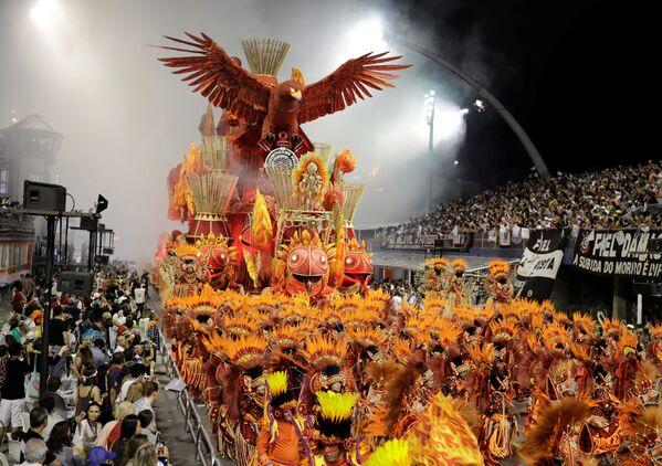 Revellers from the Gavioes da Fiel Samba School take part in Carnival celebrations at Anhembi Sambadrome in Sao Paulo, Brazil February 11, 2018 - Sputnik Азербайджан