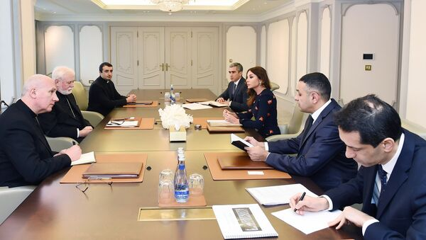 Первый вице-президент Азербайджана Мехрибан Алиева и архиепископ Пол Ричард Галлахер во время встречи - Sputnik Азербайджан
