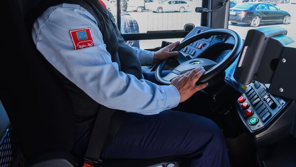Bakubus MMC-yə məxsus avtobusun sürücüsü sükan arxasında, arxiv şəkl - Sputnik Azərbaycan