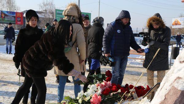 Цветы в память о погибших при крушении самолета Ан-148 - Sputnik Азербайджан
