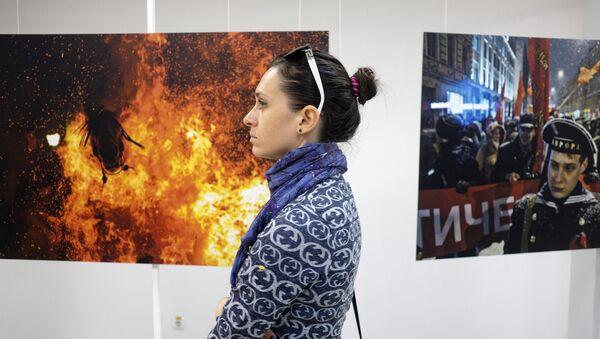 Посетители на открытии выставки победителей конкурса имени Андрея Стенина - Sputnik Азербайджан