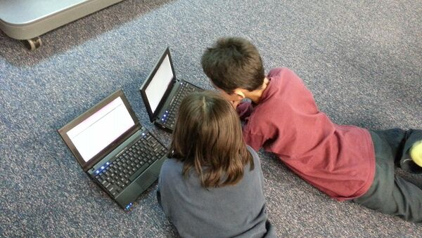 Дети за ноутбуком, фото из архива - Sputnik Азербайджан