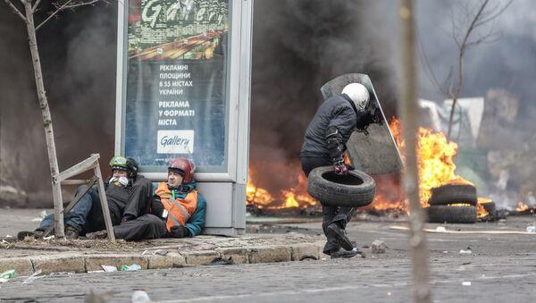 Сторонники оппозиции во время столкновений на улице Институской в Киеве, 20 февраля 2014 года - Sputnik Азербайджан