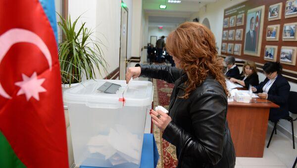 Избирательница на одном из избирательных участков в Баку во время парламентских выборов в Азербайджане - Sputnik Азербайджан