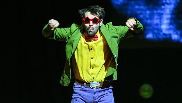 Спектакль Маленький принц театра Молчи и танцуй на сцене Дворца им. Гейдара Алиева - Sputnik Азербайджан