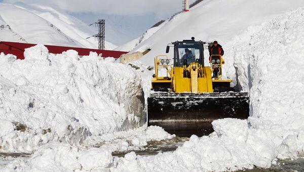 Тяжелая техника расчищает снежные завалы, фото из архива - Sputnik Азербайджан