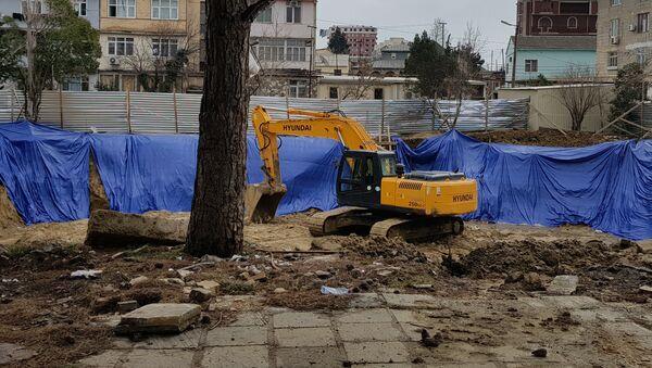 Экскаватор на территории сквера в четвертом микрорайоне Насиминского района Баку - Sputnik Азербайджан