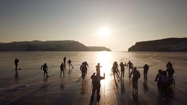 На льду Байкла устроили гонки на велосипедах, лыжах и коньках - Sputnik Азербайджан