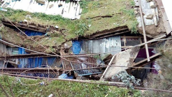 Поврежденный оползнем дом на Баиловском склоне - Sputnik Азербайджан