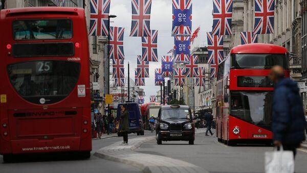 Горожане на Оксфорд-стрит в Лондоне - Sputnik Азербайджан
