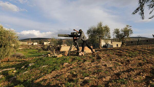 Afrin şəhərinin şimalında Azad Suriya Ordusunun döyüşçüsü, arxiv şəkli - Sputnik Azərbaycan
