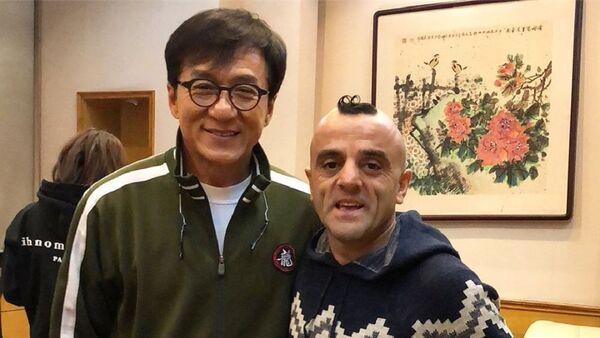 Известный азербайджанский циркач, участник американского шоу талантов America's Got Talent Узеир Новрузов встретился в Китае мировой звездой Джеки Чаном - Sputnik Азербайджан