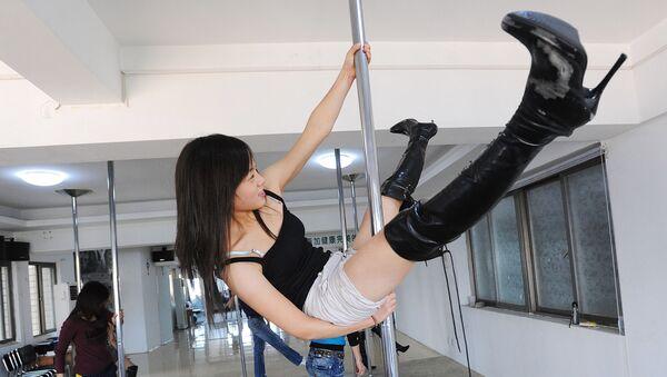 Девушка показывает стриптиз - Sputnik Азербайджан