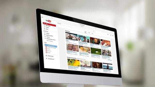 Youtube на экране компьютера, архивное фото - Sputnik Азербайджан
