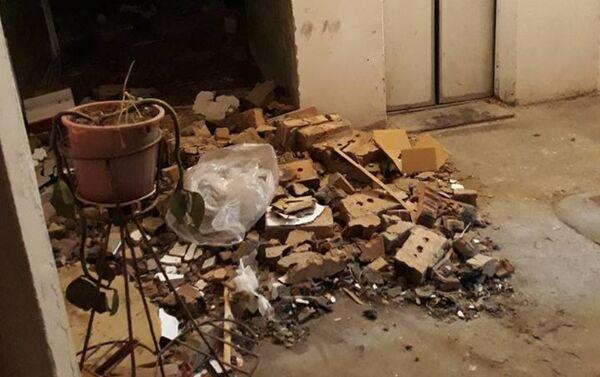 Разрушенный подъезд дома в поселке Гюнашли - Sputnik Азербайджан