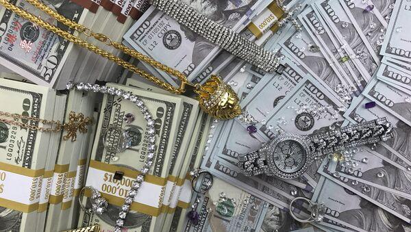 Стодолларовые купюры, украшения и бриллианты - Sputnik Азербайджан