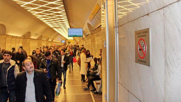 Знак Не курить на стене платформы станции 28 мая Бакинского метрополитена  - Sputnik Азербайджан