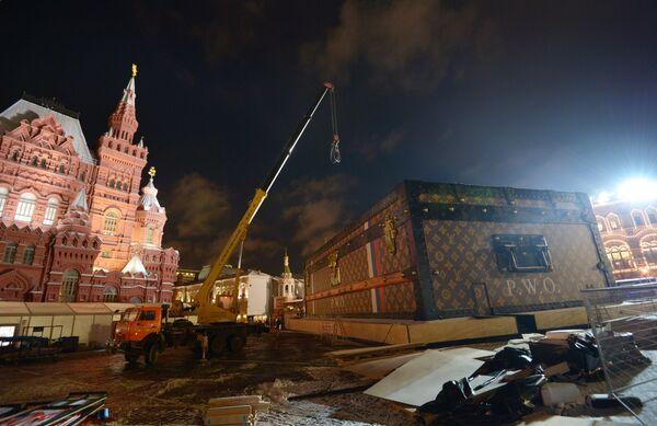 Демонтаж павильона-чемодана Louis Vuitton на Красной площади - Sputnik Азербайджан
