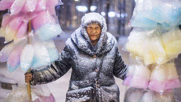 Работа кыргызстанского фотографа Табылды Кадырбекова Продавщица сладкой ваты - Sputnik Азербайджан