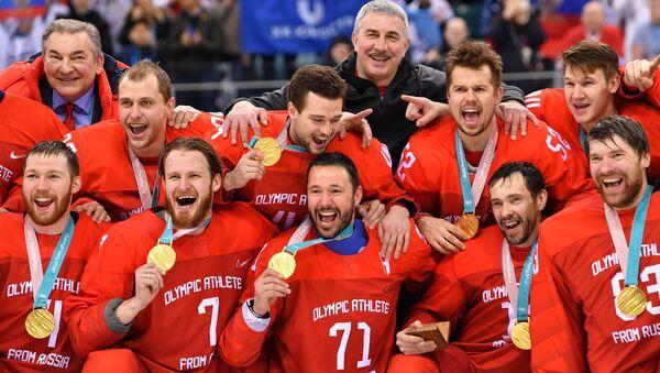 Церемония награждения золотыми медалями российских спортсменов - победителей хоккейного турнира среди мужчин на XXIII зимних Олимпийских играх - Sputnik Азербайджан