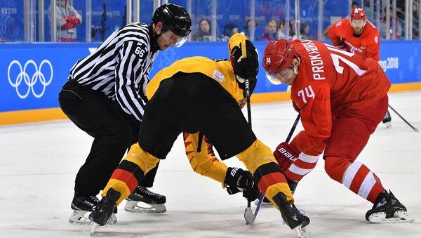 Николай Прохоркин в финальном матче Россия - Германия по хоккею среди мужчин на XXIII зимних Олимпийских играх - Sputnik Азербайджан