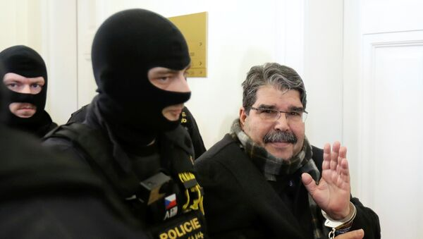 Saleh Muslim Çexiya məhkəməsinə aparılarkən - Sputnik Azərbaycan
