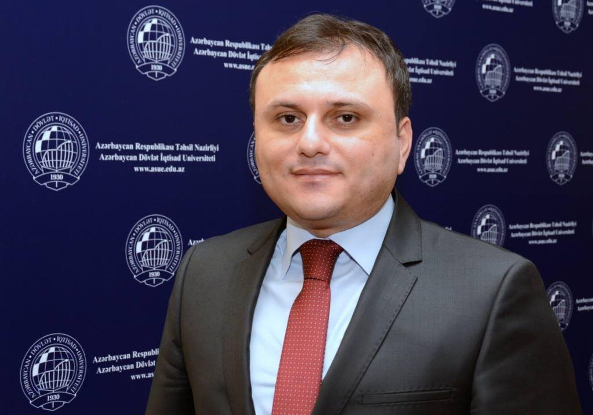 Azərbaycan Dövlət İqtisad Universitetinin (UNEC) dosenti Elşən Bağırzadə - Sputnik Azərbaycan, 1920, 13.10.2021
