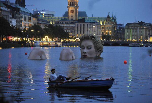 Гигантская скульптура блондинки на озере Бинненальстер, Гамбург - Sputnik Азербайджан