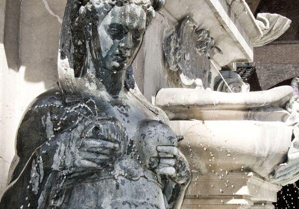 Скульптура сирены в составе Фонтана Нептуна в Болонье - Sputnik Азербайджан