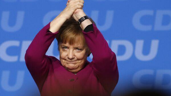 Канцлер Германии Ангела Меркель после выступления на партийном съезде Христианско-демократического союза в Германии в Берлине, Германия - Sputnik Азербайджан