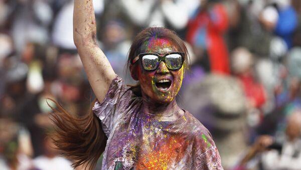 Туристка танцует во время празднования Холи в Катманду, Непал - Sputnik Азербайджан