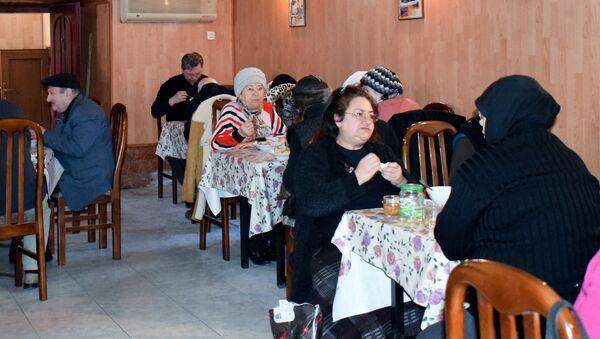 Благотворительная столовая для одиноких пожилых людей в Баку - Sputnik Азербайджан