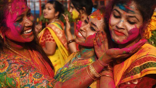 Участники фестиваля Холи в Индии - Sputnik Азербайджан