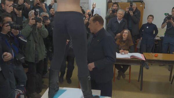 Активистка FEMEN атаковала Берлускони - Sputnik Азербайджан
