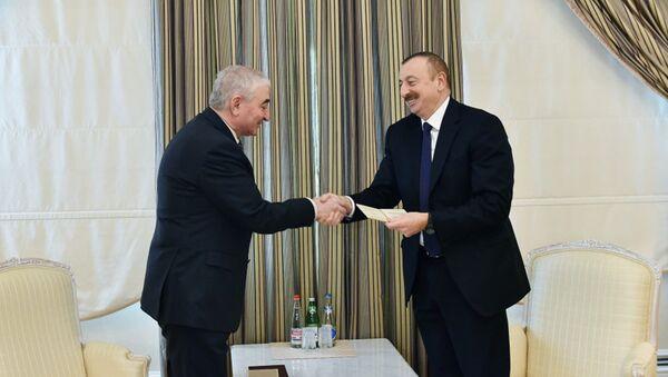 Глава ЦИК вручил Президенту Ильхаму Алиеву удостоверение кандидата в президенты - Sputnik Азербайджан