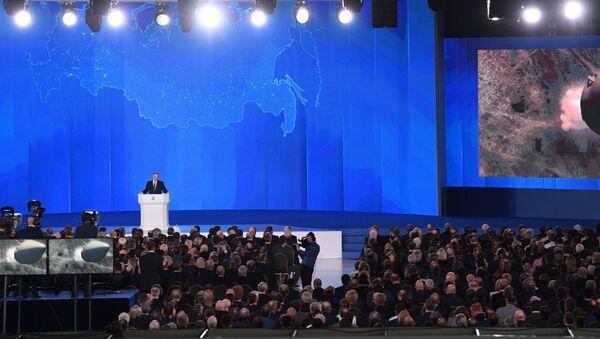Президент РФ Владимир Путин выступает с ежегодным посланием Федеральному Собранию в ЦВЗ Манеж - Sputnik Азербайджан