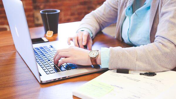 Женщина за рабочим столом в офисе, фото из архива - Sputnik Азербайджан