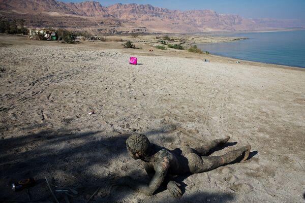 Мужчина покрытый лечебной грязью на берегу Мертвого моря недалеко от Меццока Драго, Израиль, Западный берег - Sputnik Азербайджан