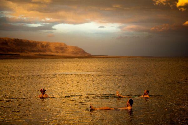 Туристы из Польши купаются в Мертвом море, Израиль, Западный берег - Sputnik Азербайджан