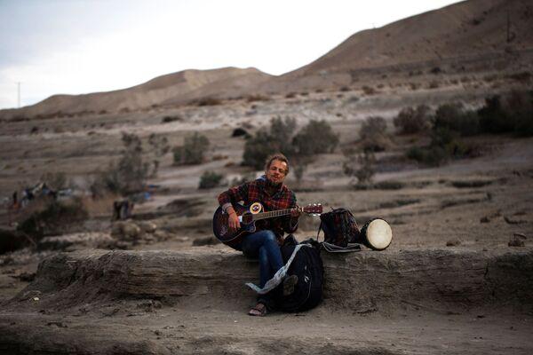 Турист из Белоруссии играет на гитаре на берегу Мертвого моря в Израиле - Sputnik Азербайджан