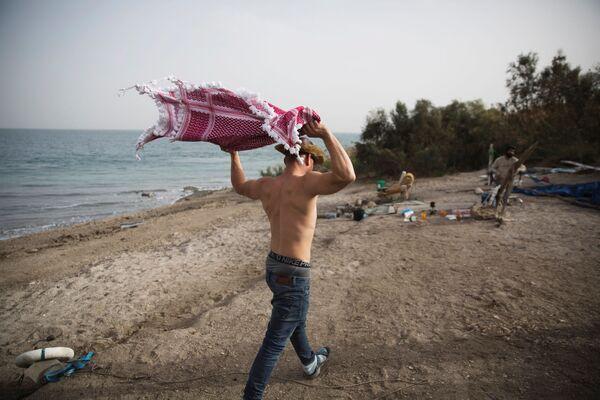Мужчина на берегу Мертвого моря на  Западном берегу - Sputnik Азербайджан