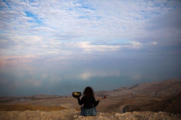 Девушка любуется видом на Мертвое море в Израиле - Sputnik Азербайджан