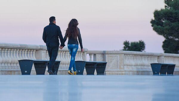 Молодая пара прогуливается по Бакинскому бульвару - Sputnik Азербайджан