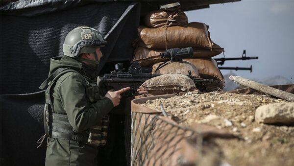 Военнослужащий турецкой армии на боевой позиции в Африне, Сирия. 3 марта 2018 - Sputnik Азербайджан