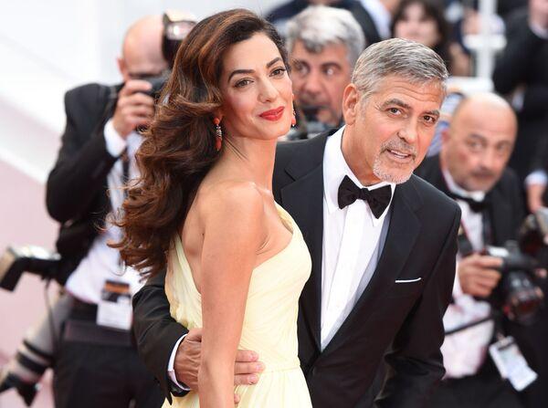 Актер Джордж Клуни с супругой Амаль на красной дорожке премьеры фильма Джоди Фостер Финансовый монстр в рамках 69-го Каннского кинофестиваля - Sputnik Азербайджан