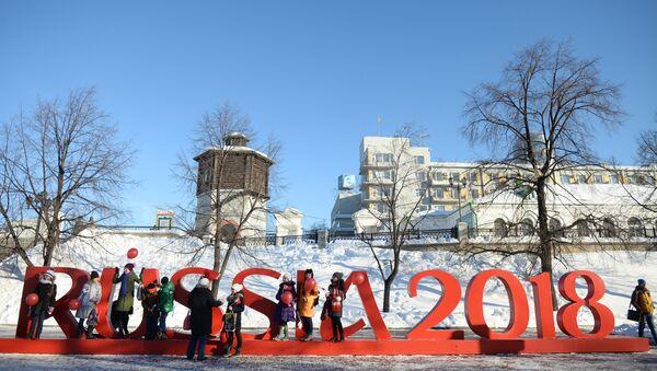 Школьники у инсталляции Russia 2018 в Екатеринбурге - Sputnik Азербайджан