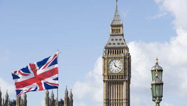 Флаг Великобритании на фоне Вестминстерского дворца в Лондоне - Sputnik Азербайджан
