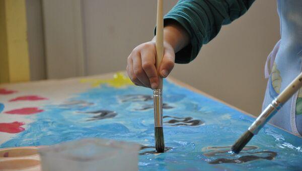 Ребенок рисует картину, фото из архива - Sputnik Азербайджан
